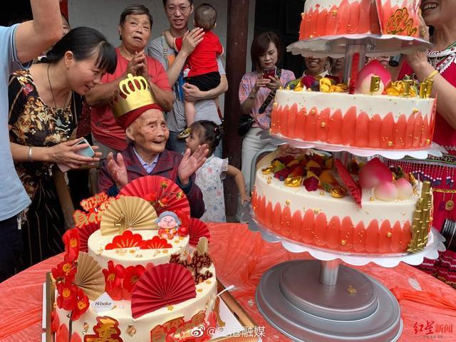 """来沾福气!成都""""最 牛00后""""迎来121岁生日 已是六世同堂"""