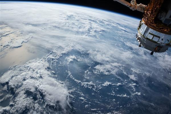 """两名航 天员太空互拍:画面难得一见!刘伯明""""挂""""在空间站"""