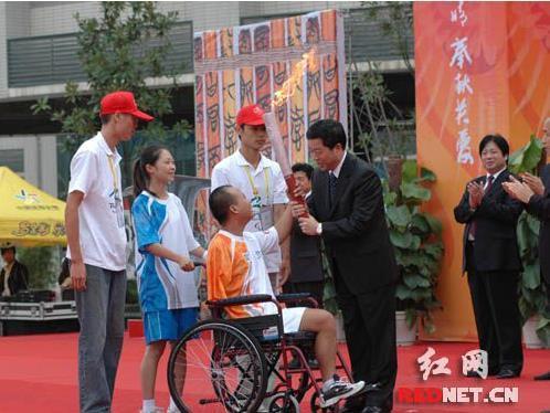 残奥冠 军女儿考取清华 送丑小鸭吉祥物:望成白天鹅