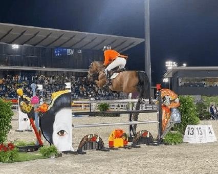 阴间行为+1!马术赛场的相扑雕像把马吓跑了