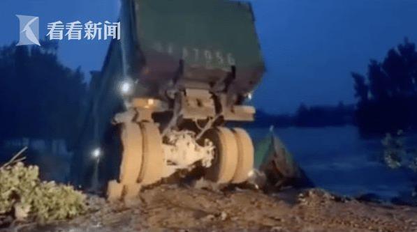 卫河决堤!河南新乡多辆大卡车自发投河堵决口