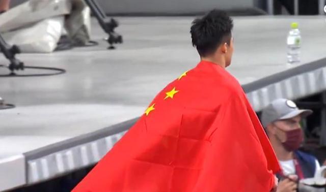 9秒83创纪录!苏炳添身披国 旗哽咽:完成了梦想 苏炳添男子100米决赛回顾