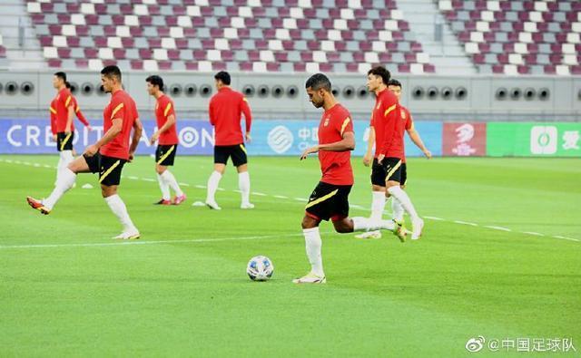 国足进行对阵日本队赛前官方训练,32名球员全部参加